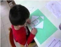 bambino che costruisce con le forme