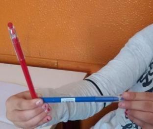 alunno forma un angolo con le penne