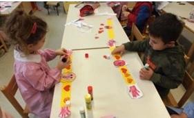 foto bambini che producono braccialetti di carta