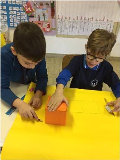 foto bambini che disegnano lo sviluppo di un cubo