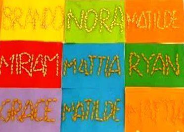 Foto nomi dei bambini composti con materiali diversi