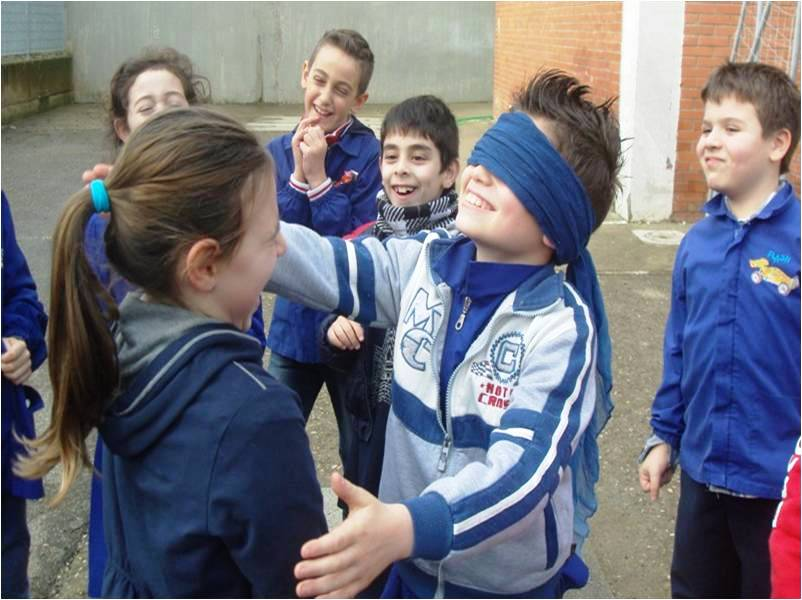bambini che giocano a mosca cieca