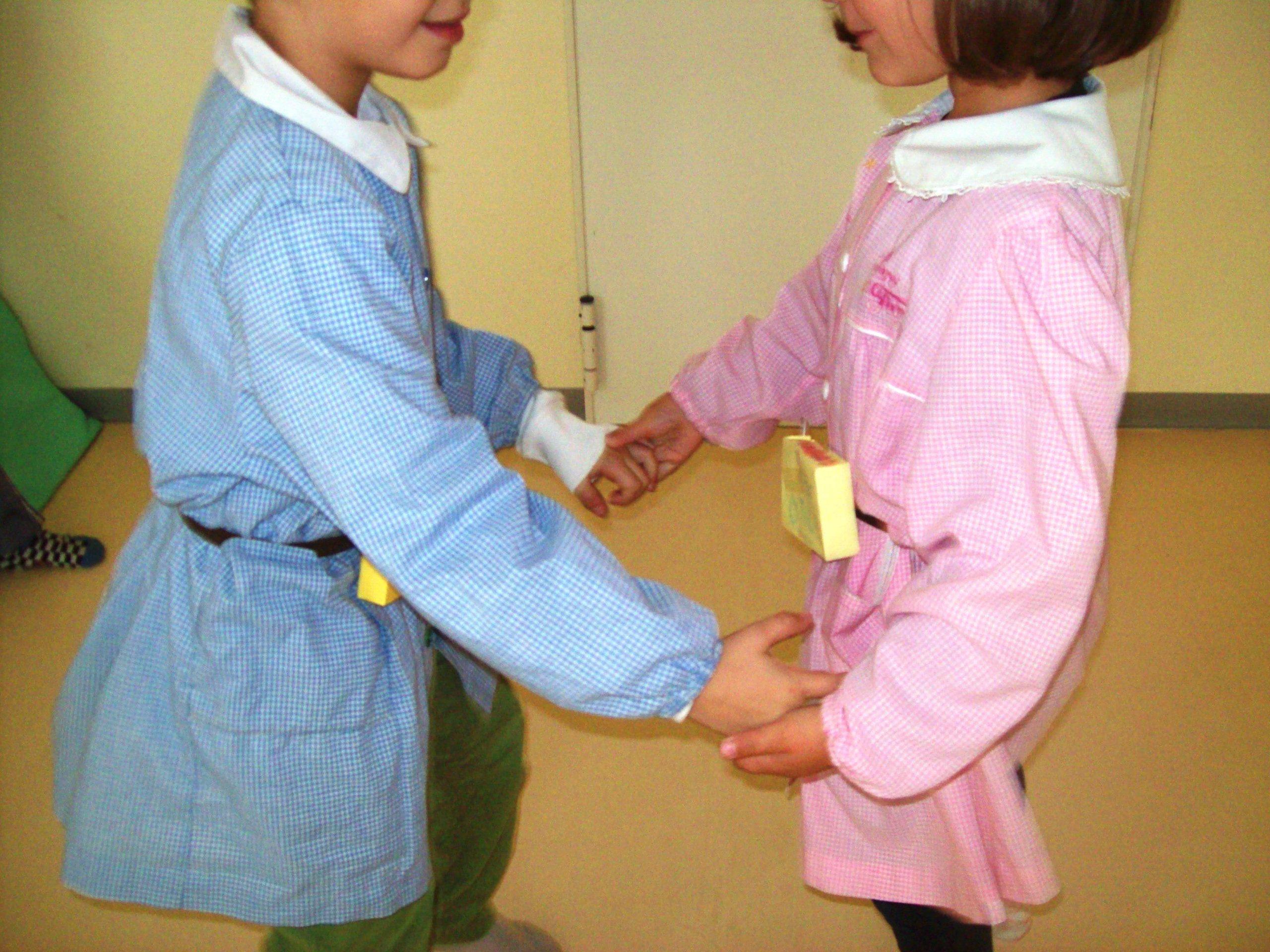 Foto bambini che si danno la mano