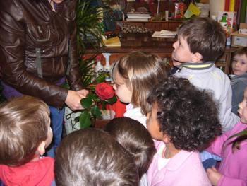 foto bambini che odorano un fiore